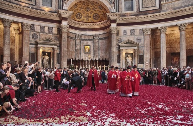 A RED ROSE PETALS SHOWER IN THE PANTHEON ON MAY 24TH!